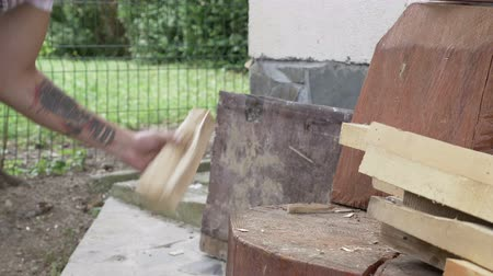 lasca : Strong young man chopping wood in the backyard with ax Vídeos