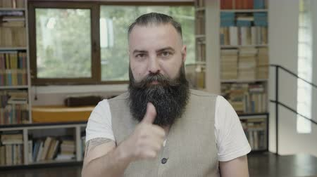 expressão facial : Young attractive man with beard having a thumb up reaction