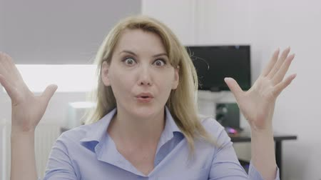 ситуация : Female entrepreneur having mind blown shocked reaction and gesture at work