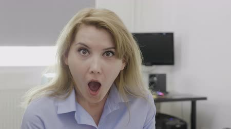 údiv : Jaw dropped office woman with wide opened mouth in full disbelief having shocking reaction Dostupné videozáznamy