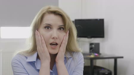 údiv : Young blonde office woman at work saying omg oh my God reaction with astonished face and opened mouth