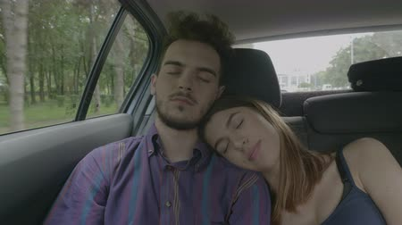 voyager : Sleepy young couple taking a nap having the rest in a car on road during the trip vacation Stock Footage