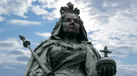 herança : Bronze Statue of Queen Victoria with cloudy blue skies Hull Yorkshire, UK Stock Footage