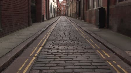 сбор винограда : British vintage brick road with empty sidewalks Стоковые видеозаписи