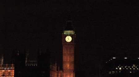 londyn : Zoom into Big Ben at night with River Thames and Parliament building London, UK