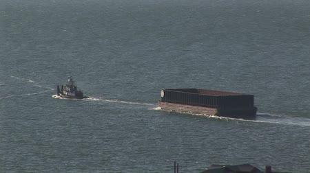 konténer : Tugboat towing a container barge across the English channel at Dover, UK