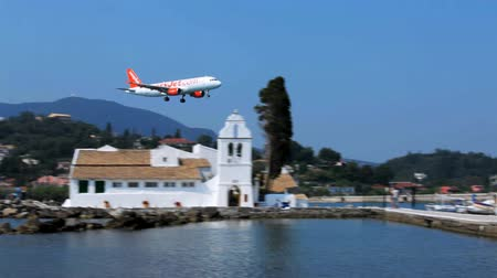 chegada : Landing of Easyjet airplane above Vlacherna monastery, Corfu airport, Greece Vídeos