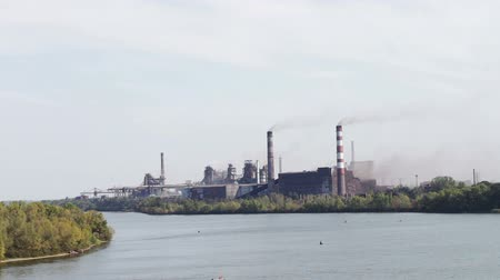 nukleární : Metallurgical Plant. Pipes from which goes smoke rising up into the sky. poor environment.