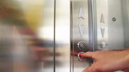 açoitado : The rise of the elevator after selecting and clicking with the number of floors of the person who is inside