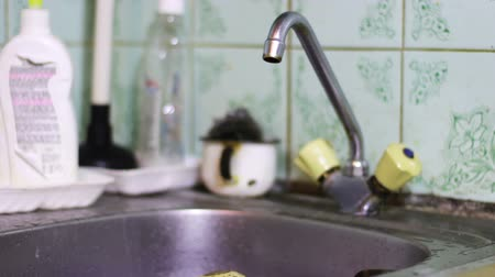 lavagem : Water Dripping from a Faucet