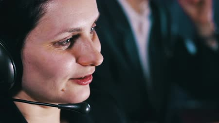 desteklemek : Call Center Operator Talking With Client Stok Video