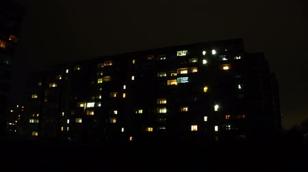 apartamentos : Multistorey Building with changing Window Lighting at Night. Time Lapse