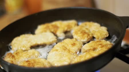 převrátit : Frying Meat Chops on a Frying Pan in the Home Kitchen. Slow Motion