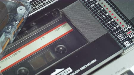 casette : Playing an Audio Cassette in a Tape Recorder