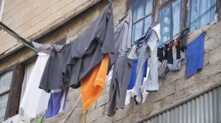 varal : Clothes Weigh and Dry on a Rope in a Multi-Storey Building in a Poor Neighborhood of the City. Slow Motion Vídeos