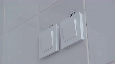 aydınlatmak : Switching on and off the light switch on the wall