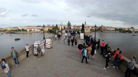 prag : Crowd of tourists walking along the Charles Bridge, Prague, Czech Republic Stok Video