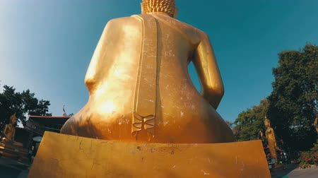 шуй : Smooth movement of the camera around the statue of the big golden Buddha. Thailand