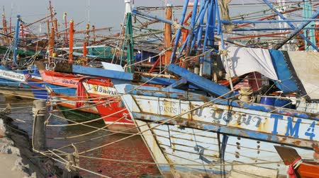 ужение : Many different old wooden fishing boats at the pier. Thailand. Asia. Pattaya Стоковые видеозаписи