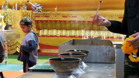 obřad : People Light Incense Sticks with Smoke in Buddhist Temple. Thailand. Pattaya