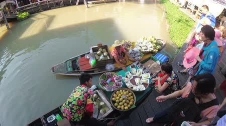 vietnami : Asian salesman on small boat with fruits and vegetables sells the goods. Pattaya Floating Market