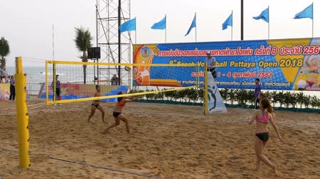 savunma oyuncusu : Womens Beach Volleyball Championship in Thailand. Slow Motion Stok Video