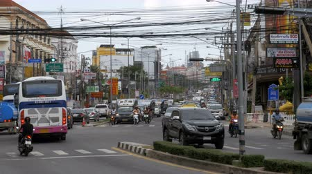 congestionamento : Motorbikes and cars drive along Asian roads. Traffic-laden Thai streets. Thailand, Pattaya Stock Footage