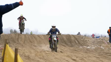 começando : Motocross. Off-road racing on enduro bikes. Slow motion