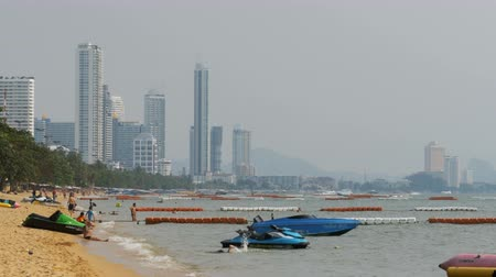 linha de costa : People rest on the sandy beach of Jomtien. Pattaya, Thailand. Vídeos