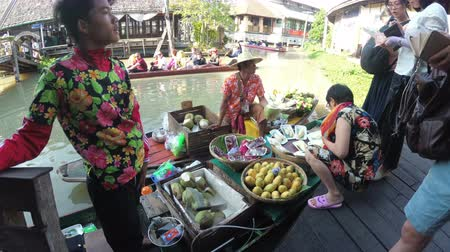 Канчанабури : Asian salesman on small boat with fruits and vegetables sells the goods. Pattaya Floating Market