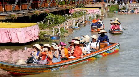 banan : Pattaya Floating Market. Small Tourist Wooden Boat moving along the Water. Thailand Wideo