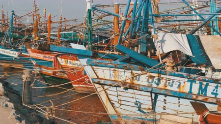 yakın : Many different old wooden fishing boats at the pier. Thailand. Asia. Pattaya Stok Video