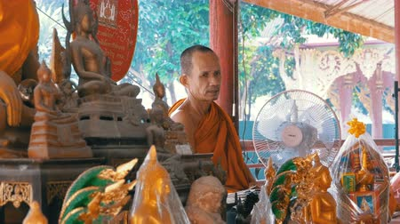 маска : Monk knots a rope or ribbon to the tourists at the Buddhist temple of Paradise and Hell. Thailand Стоковые видеозаписи