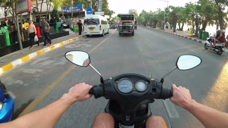 palmas das mãos : POV view on Riding motorbike along the Asian Road Traffic. Thailand, Pattaya