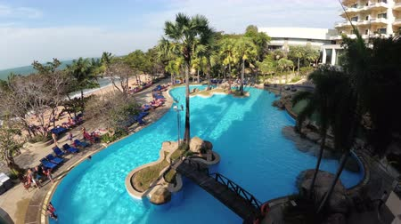tropikal iklim : Tropical Hotel with swimming pool blue water on the beach