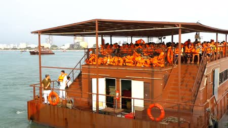 Камбоджа : Ferry with Chinese tourists in orange life jackets on board the rusty vessel. Thailand. Slow Motion Стоковые видеозаписи