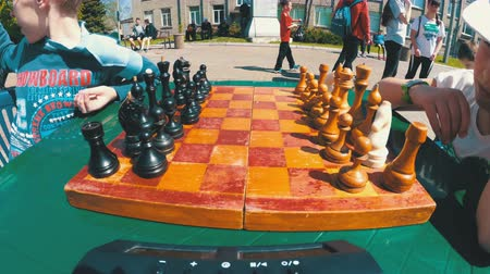 derrota : Chessboard and figures. Competitions in checkers among children
