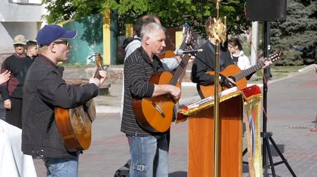 acoustical : Street musician band playing on the acoustic guitars. Slow Motion Stock Footage