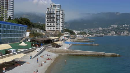 солнечные ванны : Panoramic view of the Beaches at large hotels in Yalta, Crimea