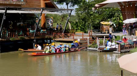 manga : Pattaya Floating Market. Small Tourist Wooden Boat moving along the Water. Thailand Stock Footage