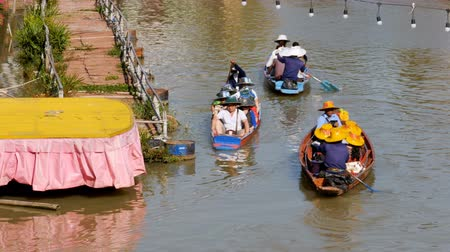 каноэ : Pattaya Floating Market. Small Tourist Wooden Boat moving along the Water. Thailand Стоковые видеозаписи