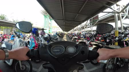 yönlendirmek : Riding Motorbike on the Parking in Thailand near the Shopping Center