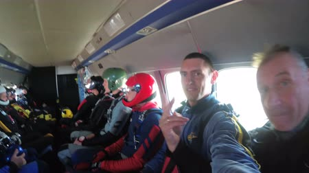 szybowiec : Group of skydivers sits inside a small plane awaiting a jump