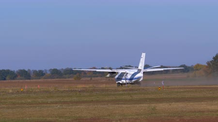 Small twin-engine aircraft accelerates along the runway and takes off Stock mozgókép
