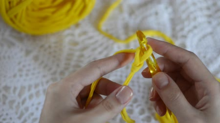 crochê : Close-up females hands crocheting thick fabric yarn. Hobby handiwork concept