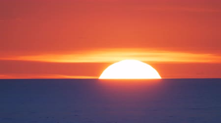 marítimo : Red sun timelapse on the sea. Conceptual scene. Nature composition.