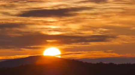 bulutluluk : Sundown timelapse in mountain. Big sun close-up and clouds motion Stok Video