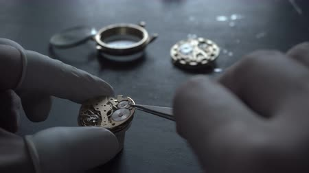 készítő : Watch maker is repairing a vintage automatic watch. Stock mozgókép
