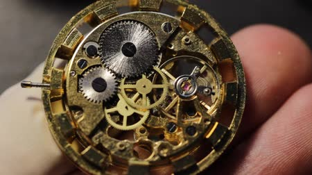 macro fotografia : Watchmaker is repairing the mechanical watches in his workshop Vídeos