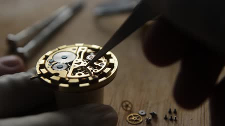 švýcarský : Watchmaker is repairing the mechanical watches in his workshop Dostupné videozáznamy